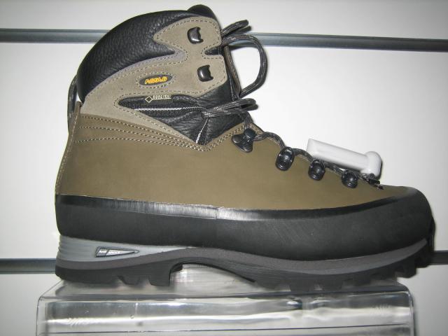 e5effc01f Обувь для похода должна быть на низком каблуке, иметь длинную шнуровку для  хорошей фиксации стопы и прочную подошву с глубоким протектором - для  лучшего ...
